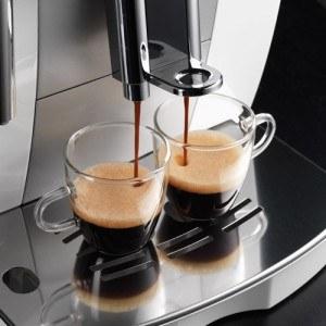 Kaffeevollautomat von DeLonghi im Betrieb