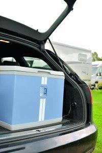 Anschluß im Auto der Mobicool B 40 Hybrid Thermoelektrik- und Kompressorkühlbox