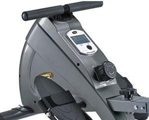Das Body Coach Magnetisches Rudergerät mit Aluminiumschiene, silbern/schwarz hat ein funktionelles Display.