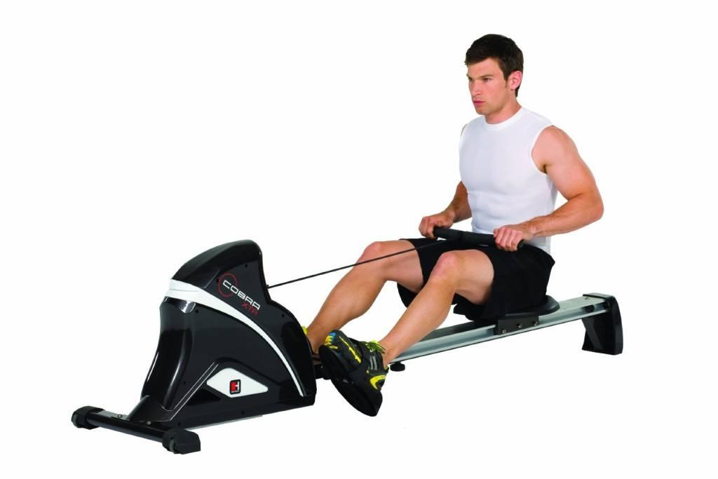 Mann trainiert auf Hammer Rudergeraet Cobra XTR anthrazit-silber-weiß