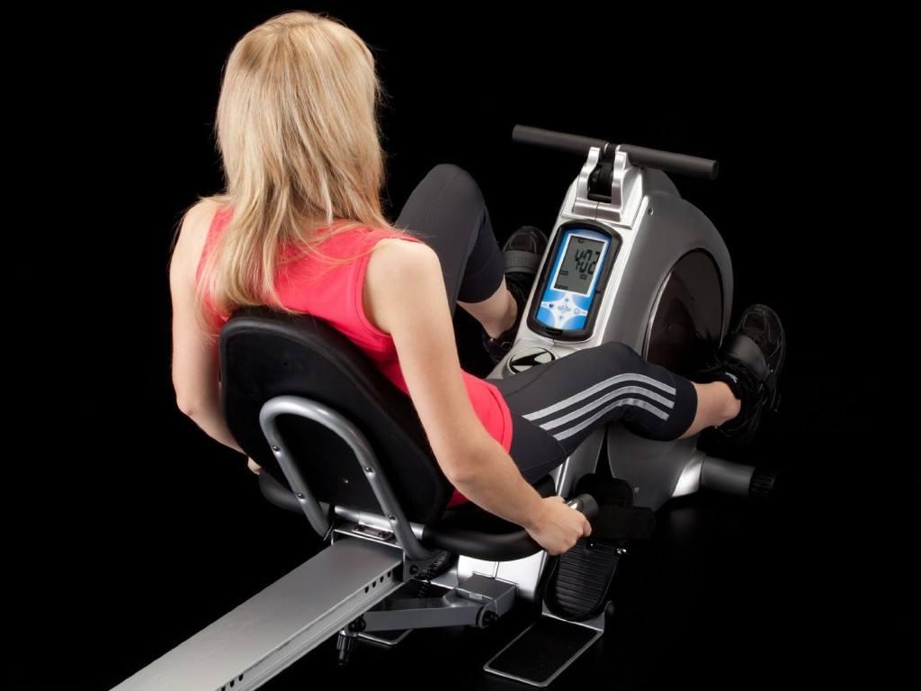 Übungen einer Frau auf Skandika Aquarius 3-in-1 Rudergeraet Liegeergometer