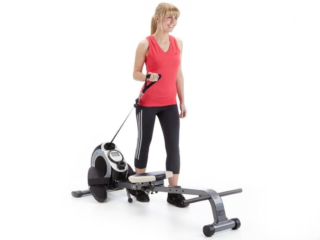 Frau bei Übungen mit Skandika Rudergerät Regatta Pro 5 Neptun