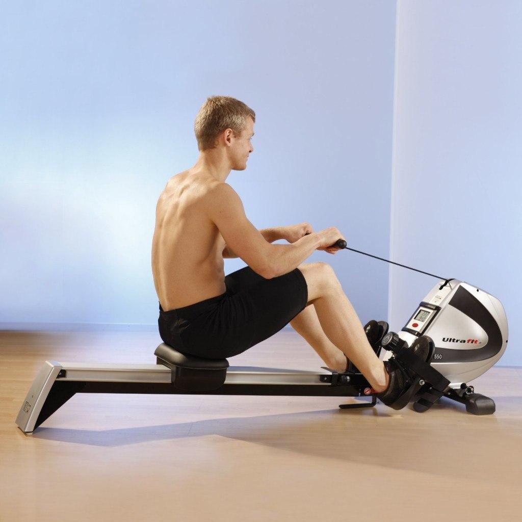 Übungen eines Mannes auf Ultrasport Drafter 550 Pro Rudergerät 2in1