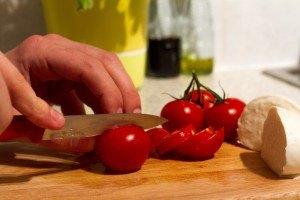 Nach dem korrekten Schleifen des Messers, schneidet es wieder wie neu.