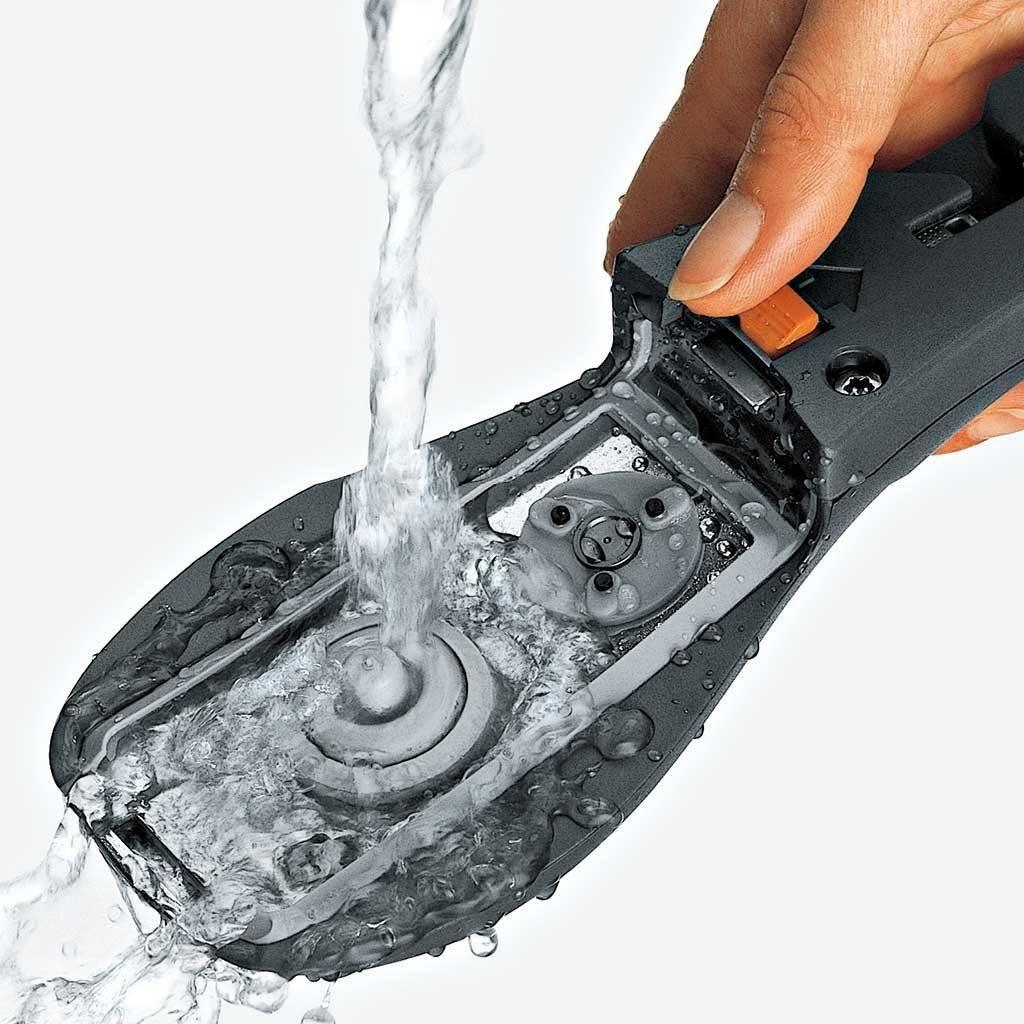 Reinigung vom Griff von einem Schnellkochtopf von WMF unter fließendem Wasser