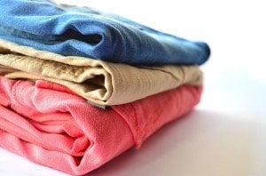 Bunte gestapelte Kleidung