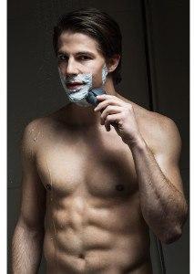 Mann mit Rasierer Braun cruZer 6 Clean Shave Wet & Dry Nassrasur