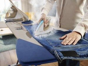 Bügeleisen auf einem Bügelbrett