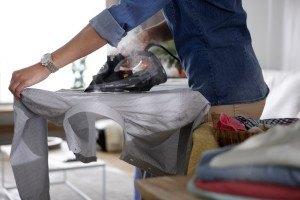 Bügeln eines Hemdes