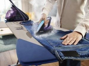 Bügeln einer Jeans mit Philips-Bügeleisen
