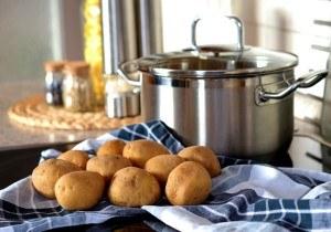 Edelstahl Topf mit Kartoffeln