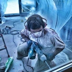 Bohrhammer ohne einen Bohrständer im Einsatz auf einer Baustelle