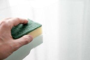 Mit einem Schwamm und heißem Wasser sind Sie bei der Reinigung am effektivsten.