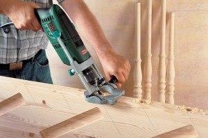 Mit Bohrständer schräg in Holz bohren