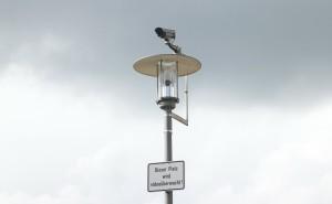 Überwachungskamera an einem videoüberwachten Platz auf einer Laterne
