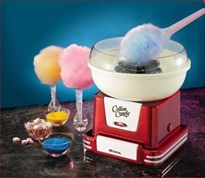 Zuckerwatte in verschiedenen Farben aus der Maschine