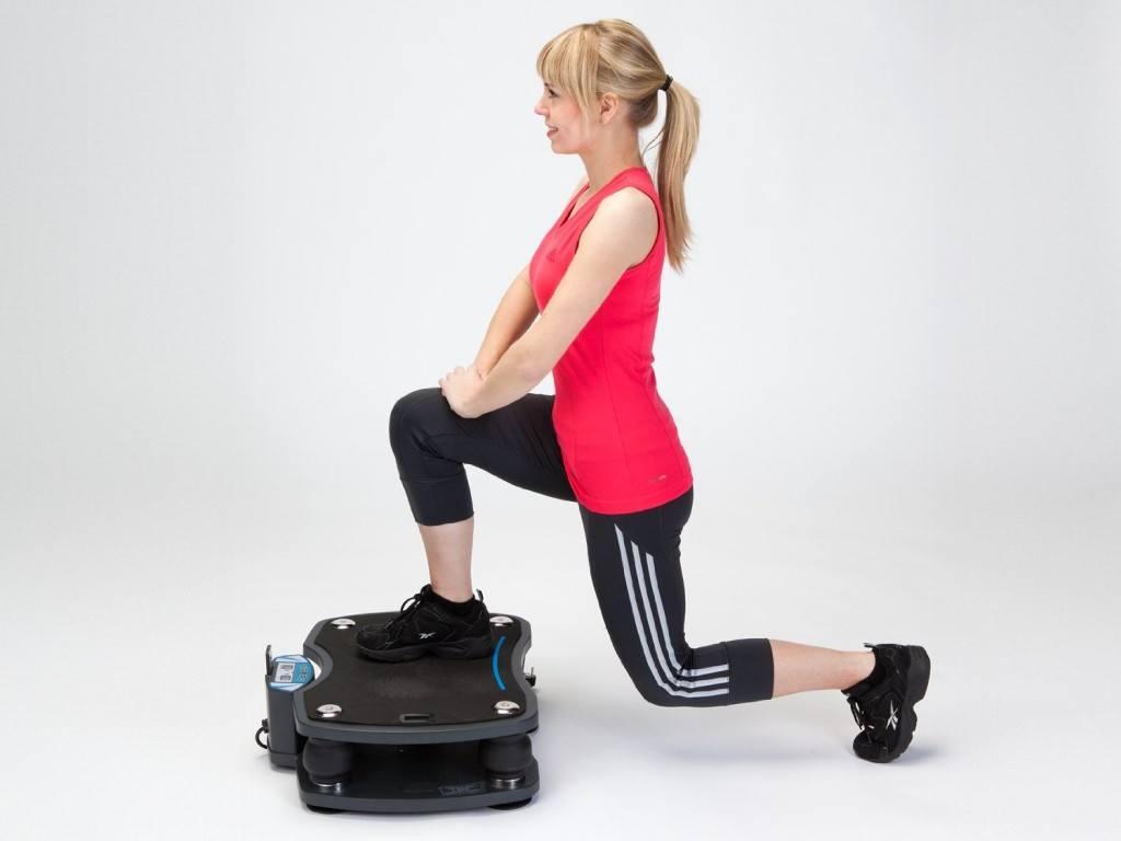 Übung für die Beine auf Skandika Vibrationsplatte schwarz