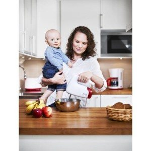 Mutter und Kind mit Handrührgerät von AEG
