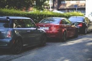 Autos geparkt auf der Strasse