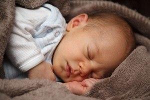 schlafendes Baby in Decken gewickelt