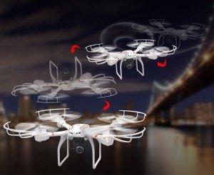 Weißer Quadrocopter von Hawkeye im Flug