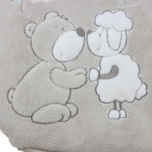 Babyschlafsäcke haben meist niedliche Stickereien oder dergleichen.