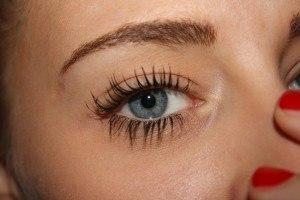 Künstliche Wimpern an Auge