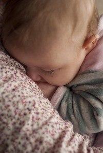 Schlafendes Baby auf Matratze