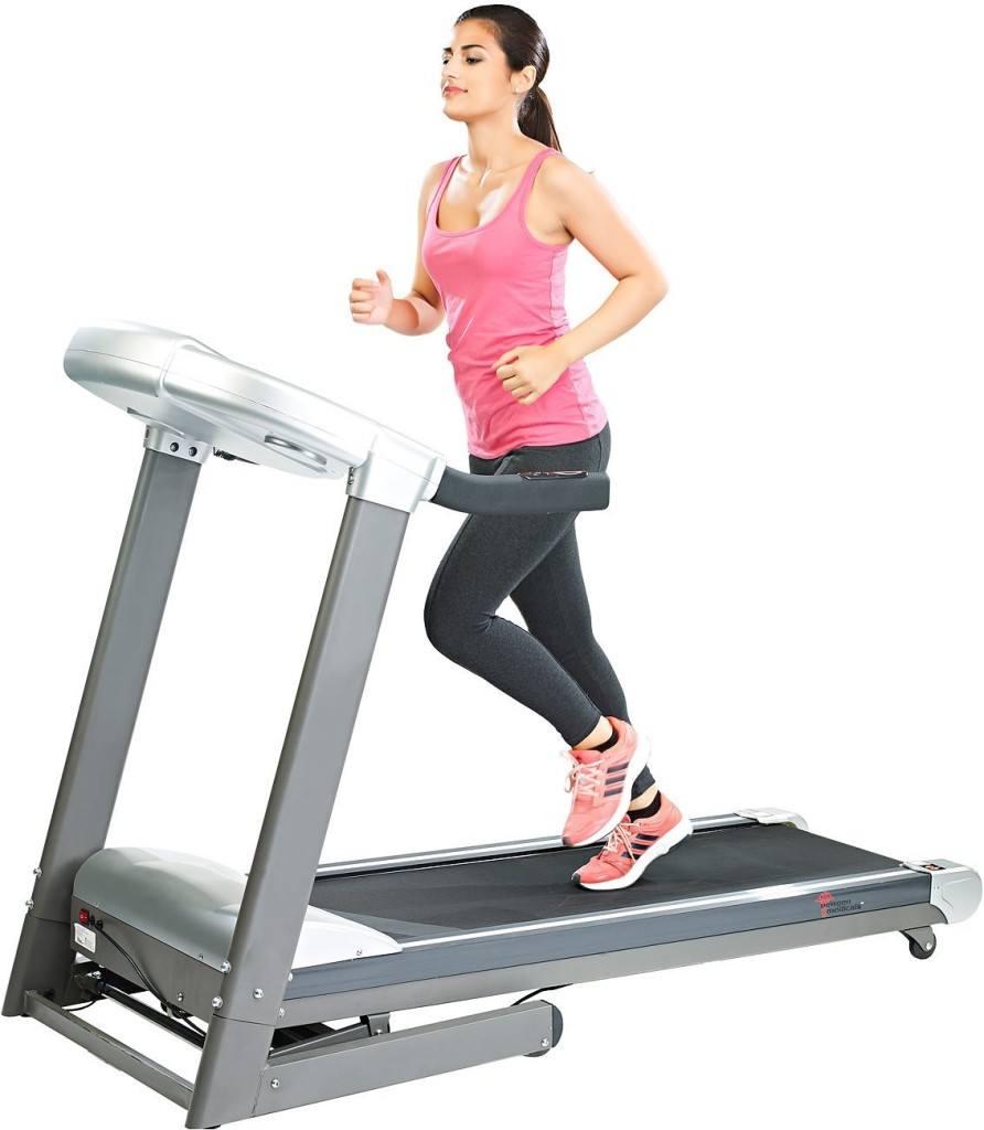 Frau beim Training auf einem newgen medicals Profi Laufband