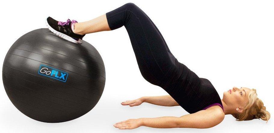 Frau macht Beckenlift mit Sitzball.