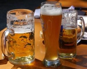 3 volle Biergläser auf einem Tisch