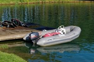 Boot mit Außenbordmotor