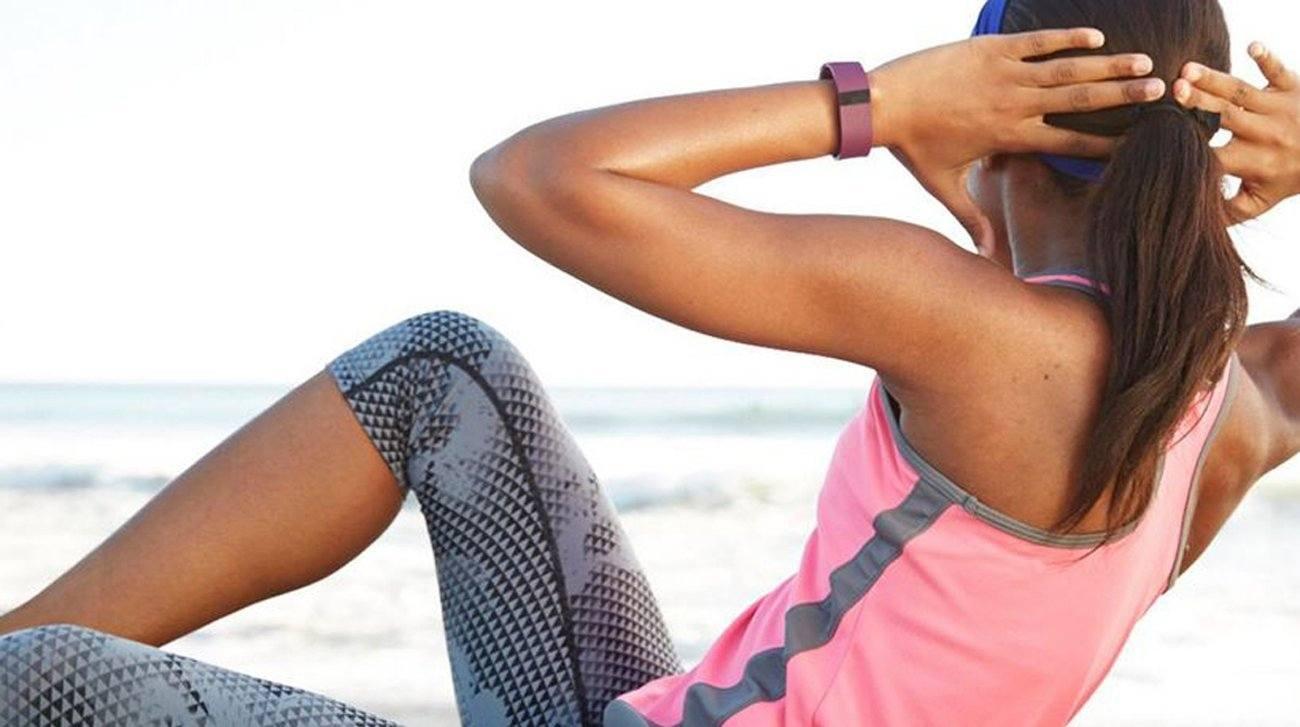 Frau macht Crunches mit Armband