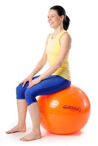 Frau stabilisiert Rücken auf Fitball