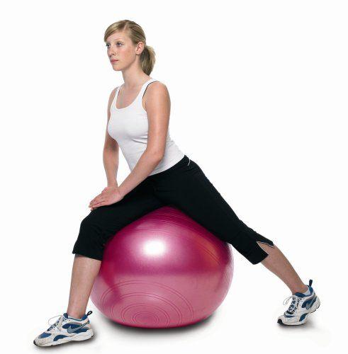 Beinuebungen mit Frau auf Fitnessball.