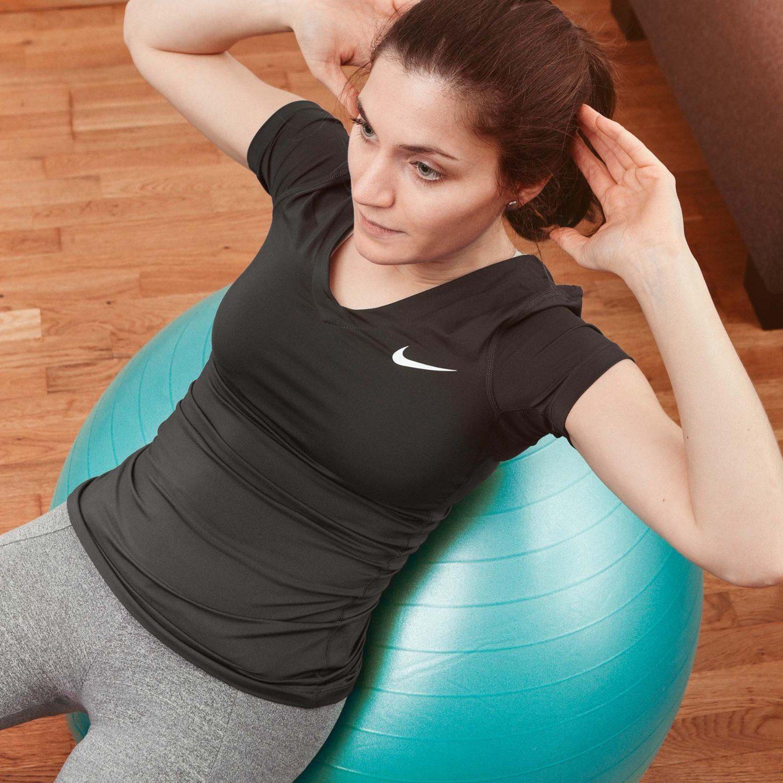 Frau macht Bauchmuskeltraining auf Fitnessball