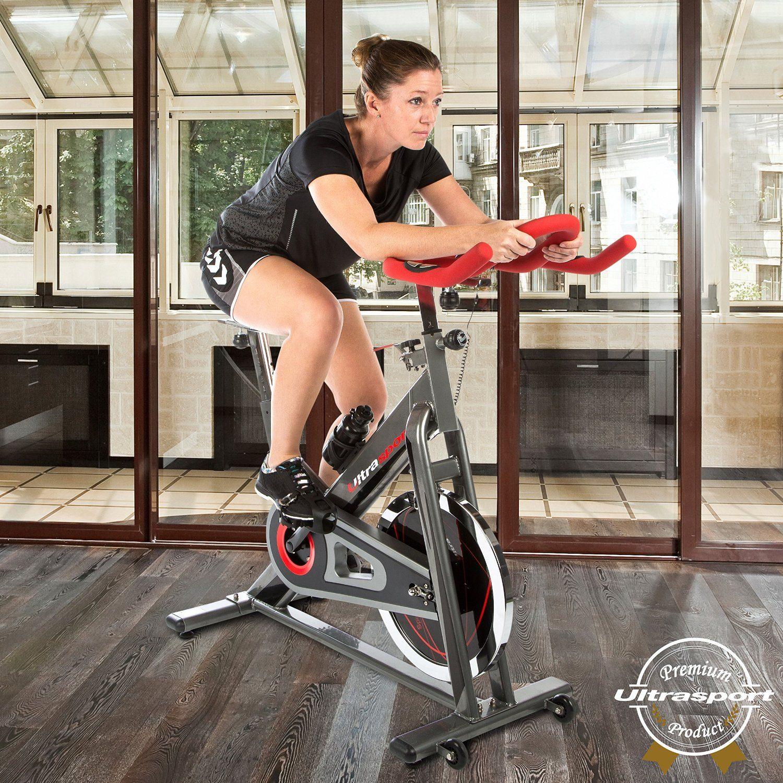 Frau auf Fitnessbike beim Training