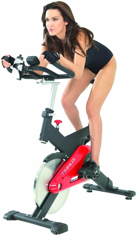 Schöne Frau auf Fitness Bike beim Training