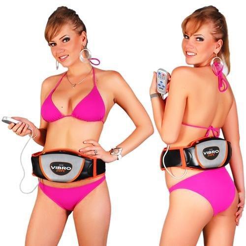 Frau im Bikini bedient EMS Guertel