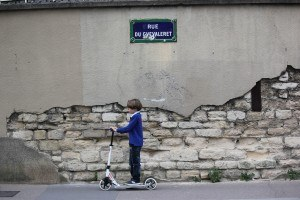 Kind mit Kickboard