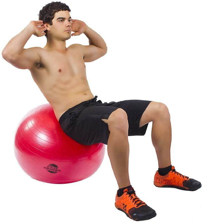 Mann auf Pezziball mach Bauchmuskeluebung