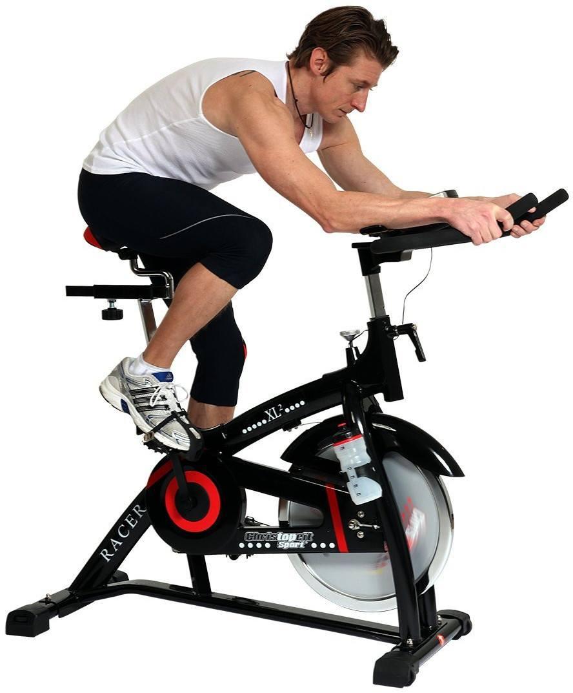 Mann beim Training auf Fitness Bike