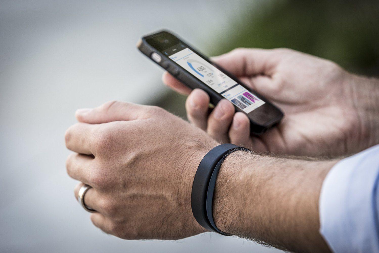Handy mit Laufapp in der Hand
