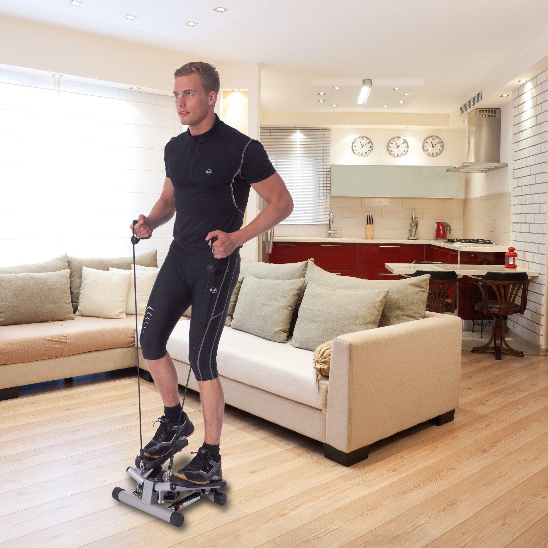 Mann trainiert auf Stepper in Wohnung