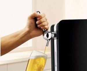 Bier zapfen an Bierzapfanlage von Philips