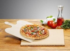 Rechteckiger Pizzastein von Rommelsbacher mit Schaber und Pizza