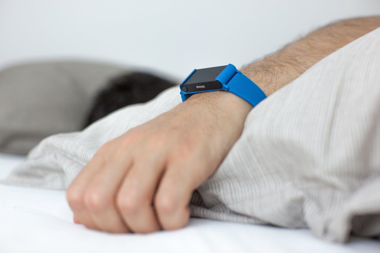 SmartWatch am Arm beim Schlafen