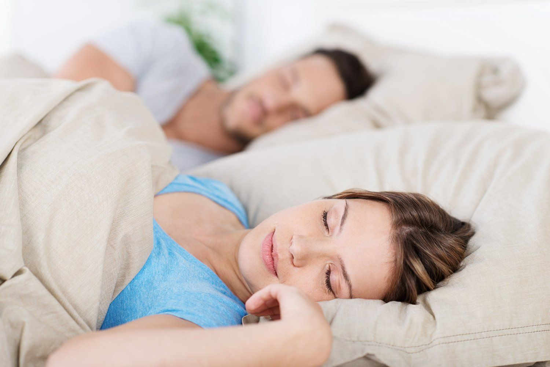Ehepaar schläft mit Schlafüberwachung
