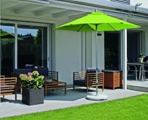 Ein Sonnenschirm ist ein optimaler Schattenspender auf Terrasse und Balkon.