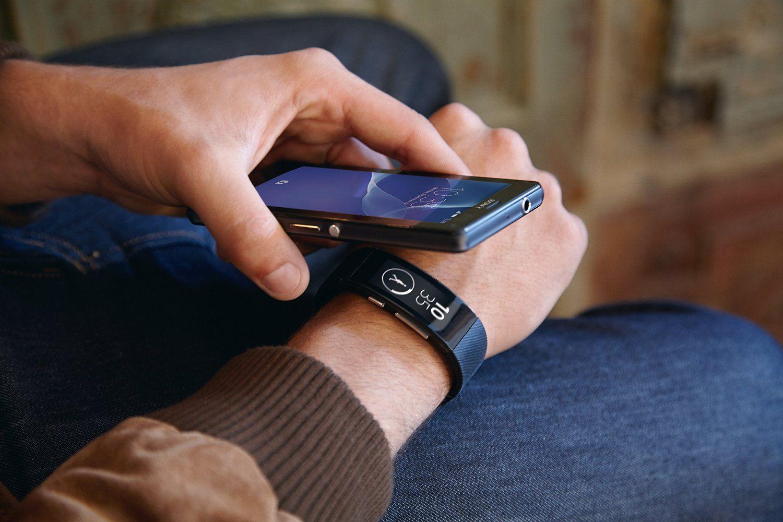 Mann verbindet Handy mit SmartWatch